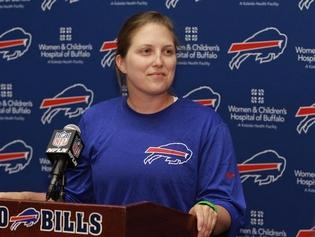 A Seahawks fan hurled sexist insults at Kathryn Smith, the first full-time female assistant in the NFL, as the Bills took the field Monday night in Seattle (USA)